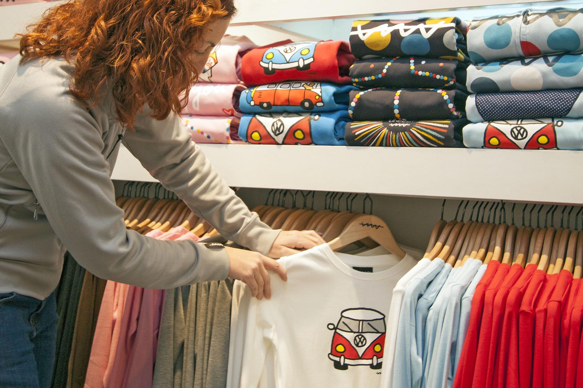 strony z tanimi ubraniami